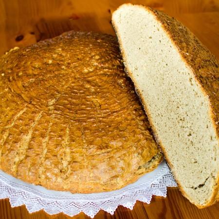 Staropolski chleb sanacyjny na liściu kapusty