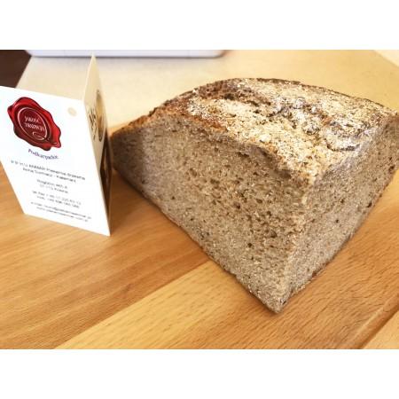 Chleb razowy łańcucki na liściu kapusty