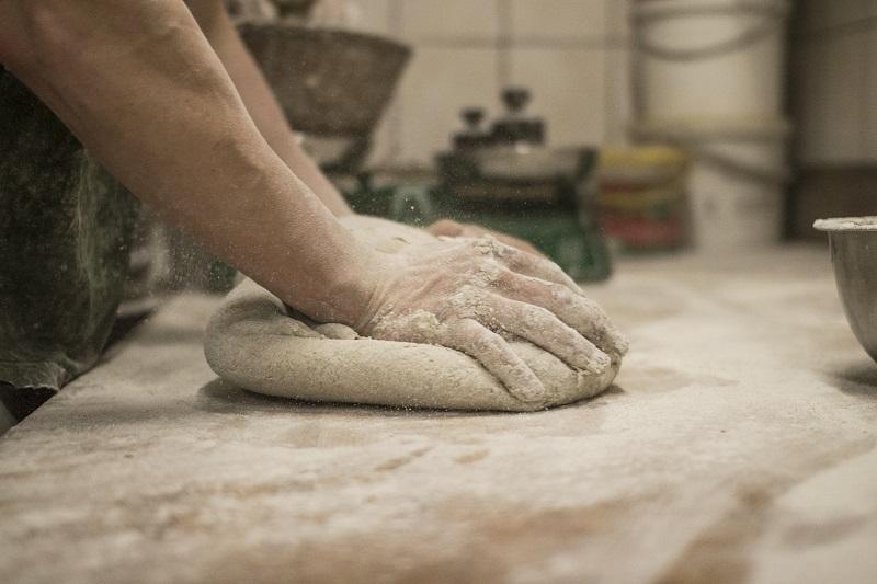 przygotowanie ciasta na chleb żytni