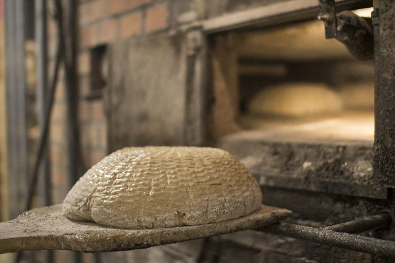 wypiek tradycyjnego chleba żytniego